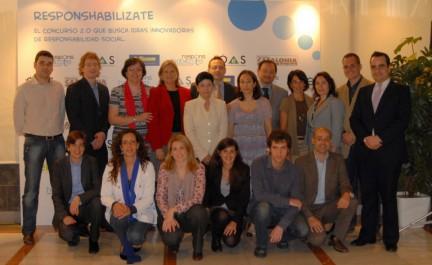 """Guanyadors, patrocinadors i organitzadors el dia de l'entrega dels premis del concurs """"Responshabilízate"""" el 19 de maig de 2010. Foto: OES"""