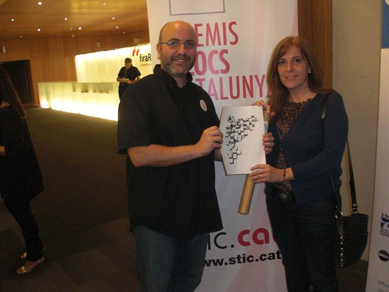 Anna Sunyer, presidenta de Plataforma Educativa, i Roger Casero, coordinador web de l'entitat, amb el Premi Bloc Catalunya 2012. Foto: Plataforma Educativa
